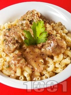 Паста с кюфтенца и бял ароматен маслен сос - снимка на рецептата